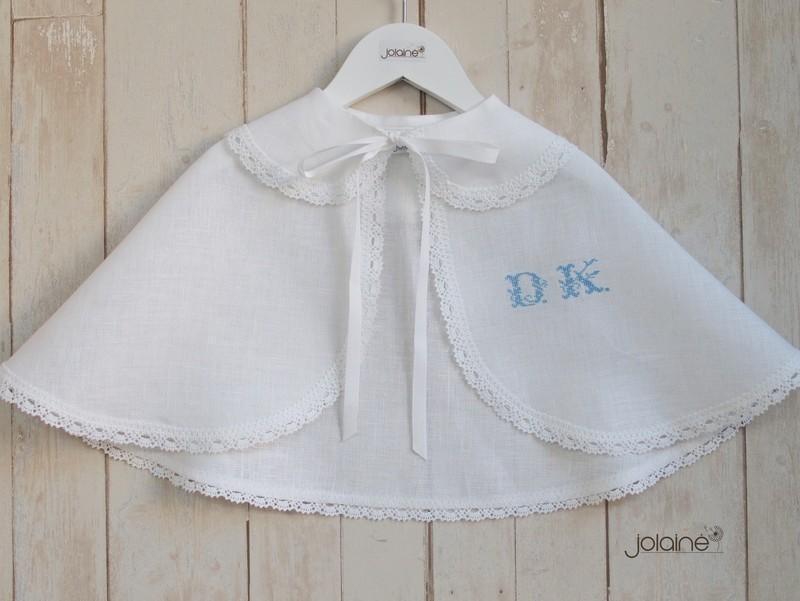 Siuvinėti inicialai ant krikšto skraistės